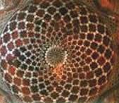 Interior de la cúpula, mostrando el trabajo geométrico en pedrería