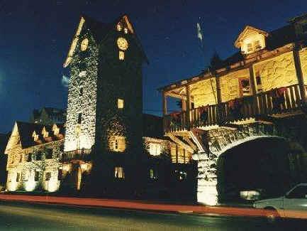 Archivo:Centro Cívico Bariloche, de noche.JPG
