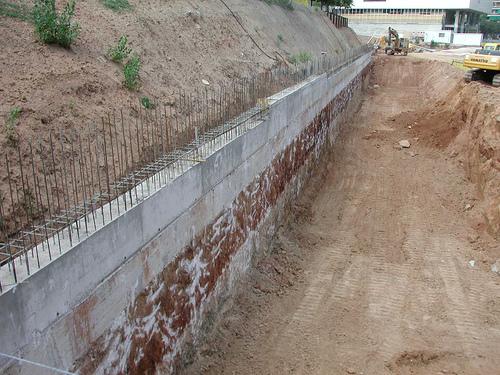 Construcción de muro de contención.jpg