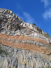 Estratos en terreno rocoso [1]