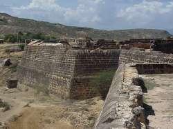 Vista de la muralla exterior del castillo