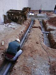 Instalación enterrada de tubería de saneamiento horizontal