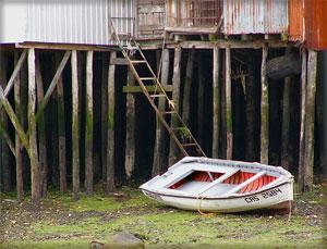 Viviendas lacustres sobre palafitos en Chiloé (Chile)