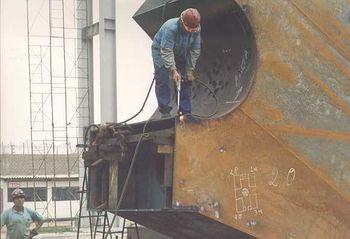 Construyendo, en el taller, una de las piezas del nuevo puente Bolognesi.