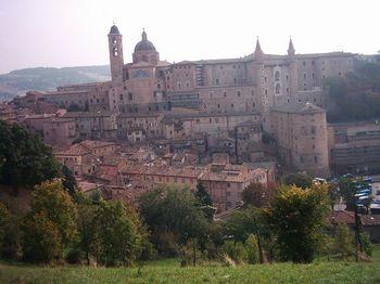Vista de Urbino con el Palacio Ducal y la Catedral.