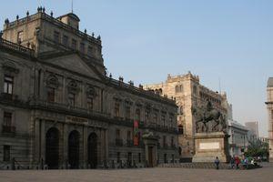"""Plaza Tolsá, con la estatua de """"El Caballito"""", mirando hacía el Palacio de Minería."""