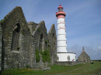 Faro y ruinas