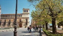 Vista de la fachada principal del Palacio de los Guzmanes y de la Calle Ancha.