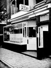Farmacia en Zandvoort (1925), junto con Johannes Duiker.