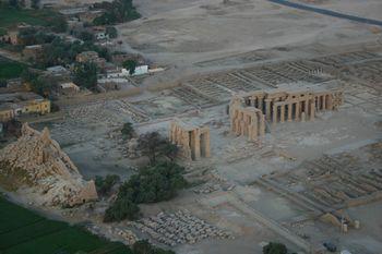 Vista aérea: se ven los restos de los pilonos, las columnas de patios y santuarios, y los edificios secundarios.