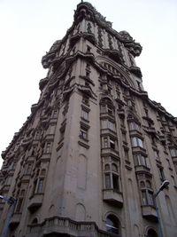 Palacio Salvo desde la esquina de Avenida 18 de Julio y Plaza Independencia, Montevideo, Uruguay.