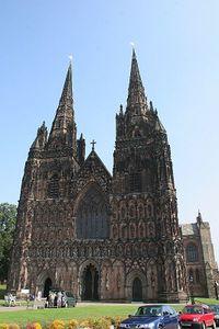 Fachada occidental de la Catedral de Lichfield.