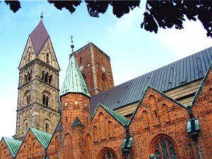 Vista del costado sur de la catedral, con las capillas góticas de ladrillo.