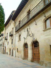 Casa de las Cadenas (en primer término) y Casa de los Urbina (al fondo), ambas del sigo XVI.