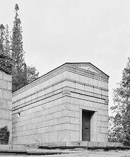 Tumba de la familia del secretario de estado Hj. Ret-tig, cementerio del Norte, Estocolmo. (1926-28)