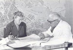 Cornelis van Eesteren junto con Jacoba Mulder