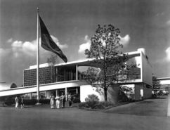Pabellón de Brasil]] en la Feria Mundial de Nueva York (1938-1939), con Niemeyer.