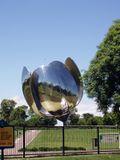 Otra vista más de la escultura de Eduardo Catalano.
