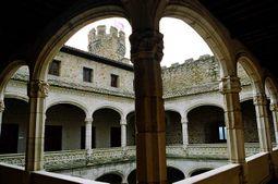 Patio interior porticado en el interior del Castillo de los Mendoza.