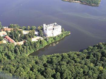 vista aérea del castillo y presa