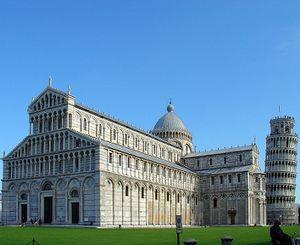 El cuerpo de la basílica, con la célebre Torre de Pisa, que representa el campanil