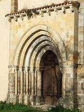 San Antolín de Bedón - Portada occidental.jpg