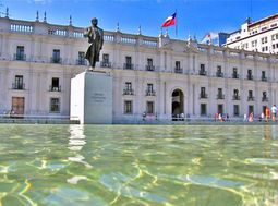 Estatua de Arturo Alessandri frente al Palacio de La Moneda