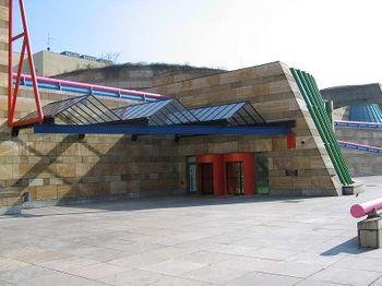Vista exterior de la entrada a la Nueva Galería Estatal de Stuttgart, Alemania.