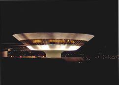 Museu de Arte Contemporânea de Niterói de noite.jpg