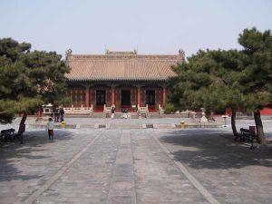 Mukden palace Chongzheng Hall 01.jpg