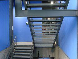 Escalera de contrahuella abierta urbipedia archivo de for Contrahuella escalera