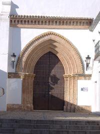 Tejaroz de ladrillo sobre Canes en portada de la Iglesia de San Bartolomé (Carmona).