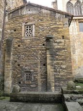 Imagen exterior. La celosía superior corresponde a la Cámara Santa y la inferior a la Cripta de santa Leocadia.