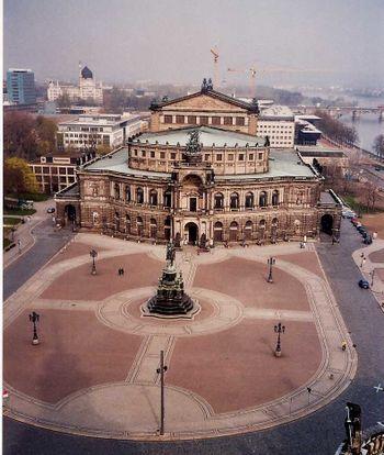 Vista oblicua de la Semperoper (diciembre 2005)