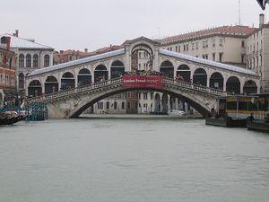 El puente de Rialto sobre el Gran Canal