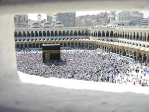 Interior de la mezquita con la Kaaba en el centro.
