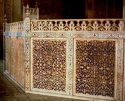 Pantalla que rodea el cenotafio, en mármol calado y con incrustaciones de piedras preciosas