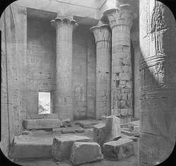 Capiteles palmiformes en Templo de Isis [1]