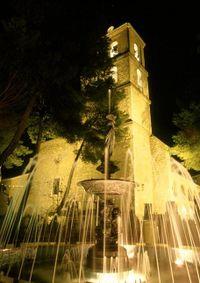 """Parroquia de Santa María la Mayor de Daimiel. En primer plano fuente de """"La Manola"""", en el Parterre."""