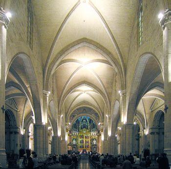 Nave central de la catedral de Valencia, ancha y austera