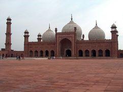 Badshahi Mosque July 1 2005 pic32 by Ali Imran.jpg