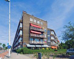 Edificio de viviendas en Centraal Plan, Rotterdam (1936-1938), junto con Wim ten Bosch y Albert Otten