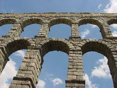 Vista del Acueducto de Segovia desde abajo.