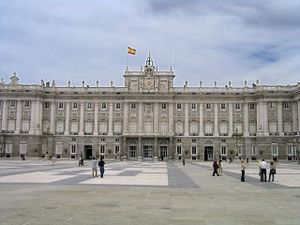 Fachada sur del Palacio Real de Madrid, con la Plaza de la Armería en primer plano.