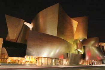 Vista de noche, La Sala de Conciertos Walt Disney