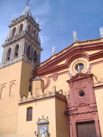 Mestizaje de estilos, materiales y colores en la fachada de Santa Ana de Sevilla.