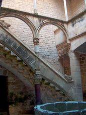Escalera del Palacio Real con columna de pórfido.