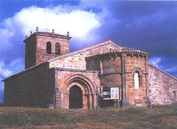 Vista general de la iglesia de Santa María La Mayor situada en la localidad cántabra de Villacantid.