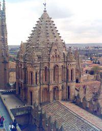 Exterior del cimborrio románico de la Catedral Vieja de Salamanca, conocido como la torre del gallo
