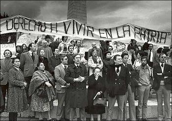 Fotografía de una protesta contra el régimen militar en 1985. En primera fila se puede observar a Fernando Castillo Velasco junto a Adolfo Zaldivar.